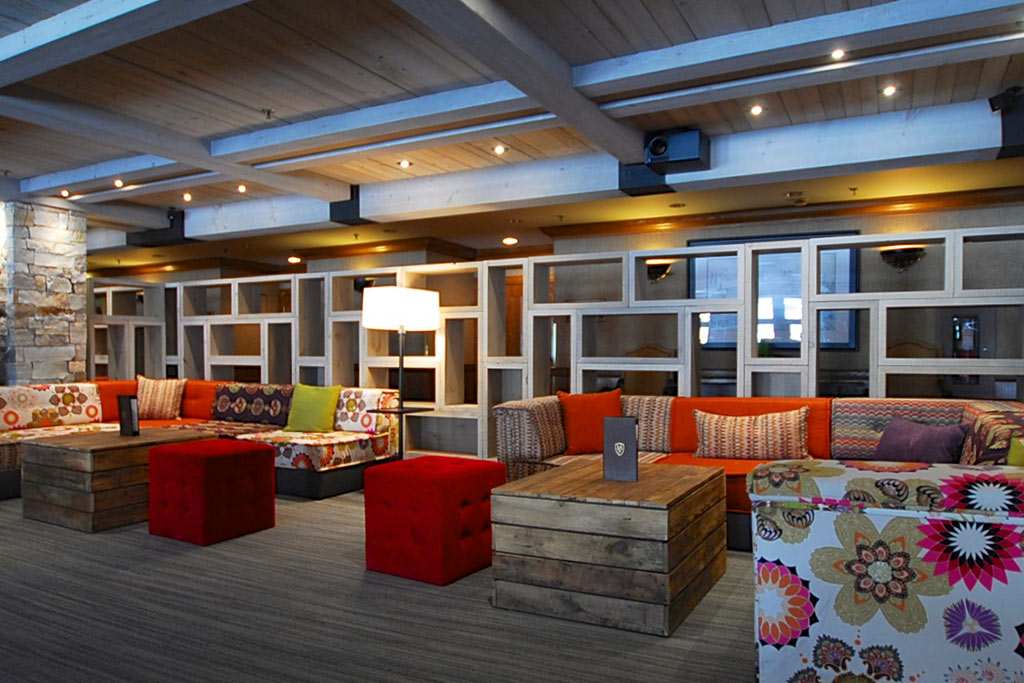 Le boudoir bistro lounge at hotel manoir saint sauveur for The terrace lounge menu